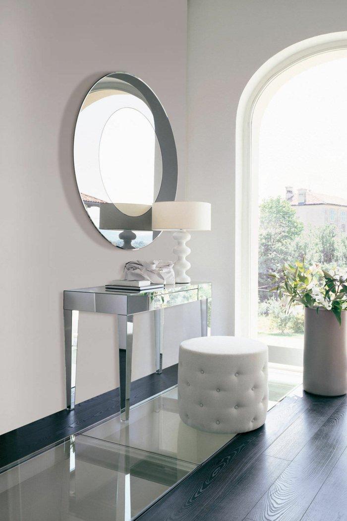Маленький туалетный столик из зеркальных панелей