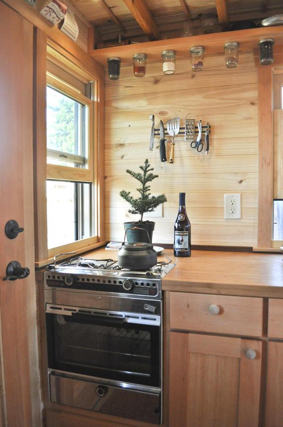 Фото жилого мини-дома своими руками: вход и плита