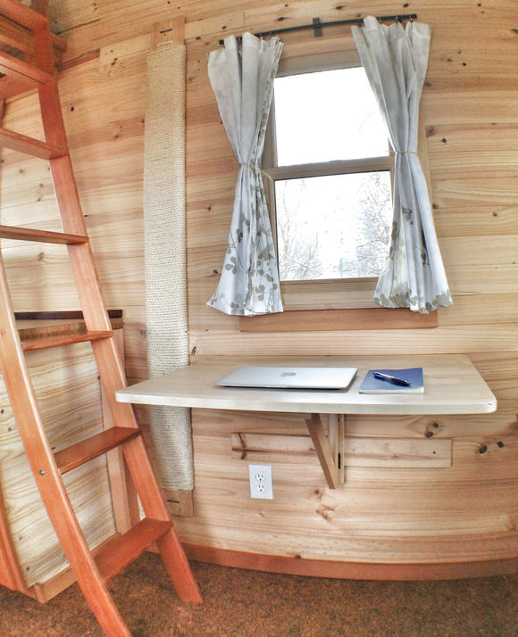Фото жилого мини-дома своими руками: рабочее место за откидным столом