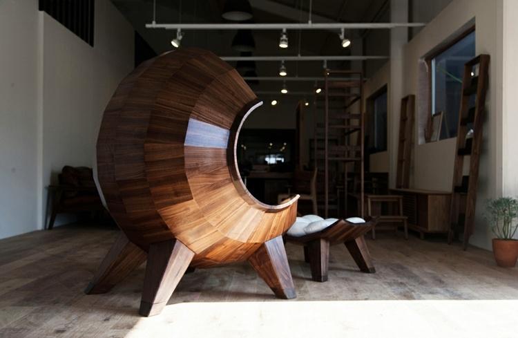 Необычное кресло полностью выполнено из дерева