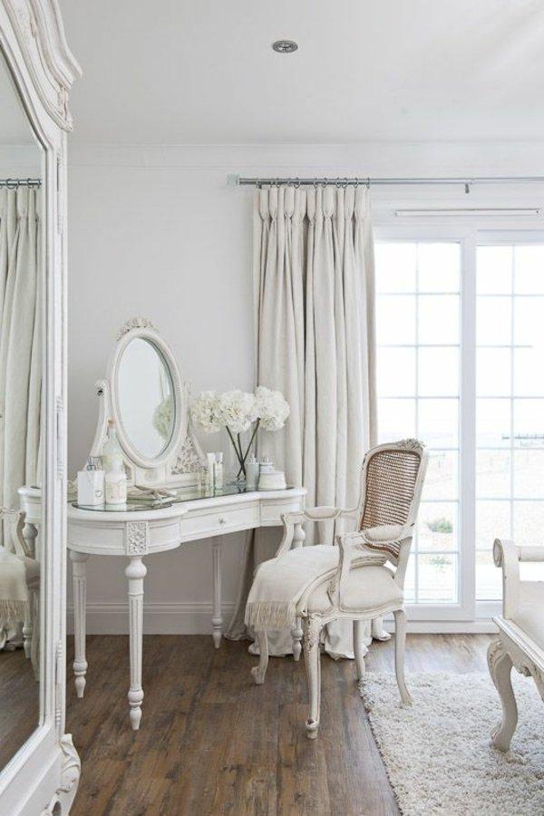 Белый дамский столик с зеркалом