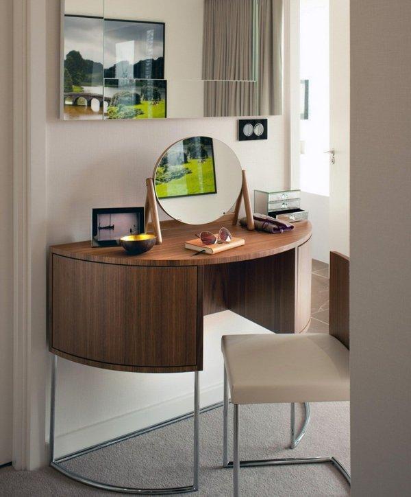 Туалетный столик необычной формы с откидным зеркалом