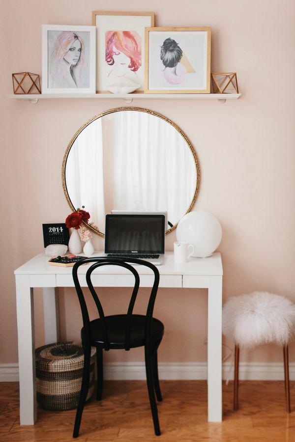 Простой, но элегантный дамский столик с зеркалом