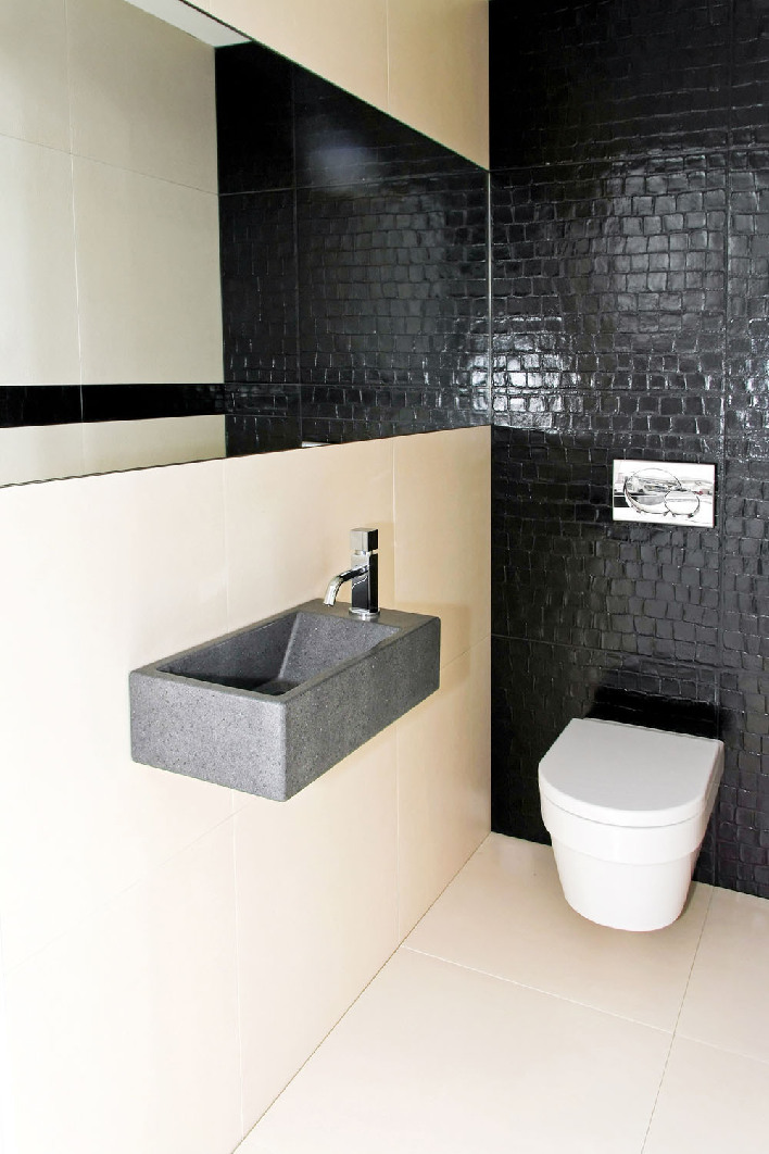 Мужская ванная с черной стеной