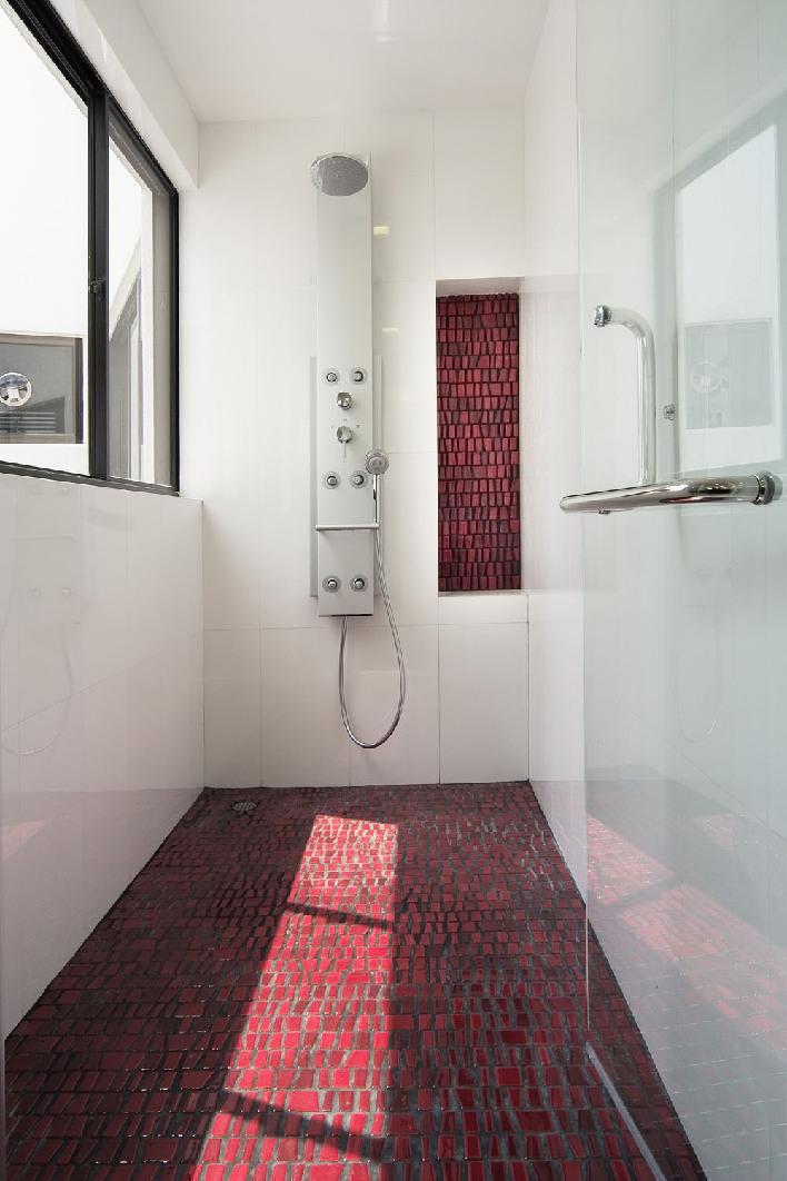 Мужская ванная с темно-красным полом
