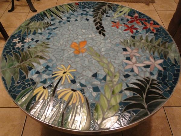 gartentisch-aus-mosaik-eleganter-look