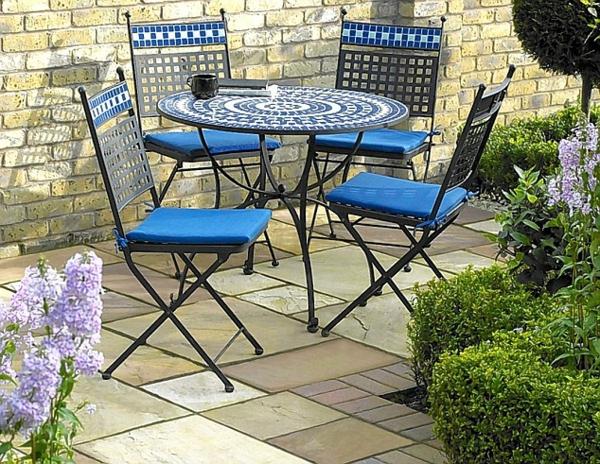 gartentisch-aus-mosaik-mit-blauen-stühlen