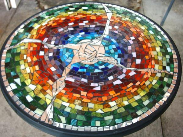 gartentisch-aus-mosaik-mit-vielen-bunten-farben