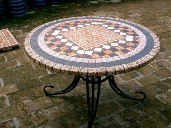 gartentisch-aus-mosaik-runde-form-wunderschöner-look