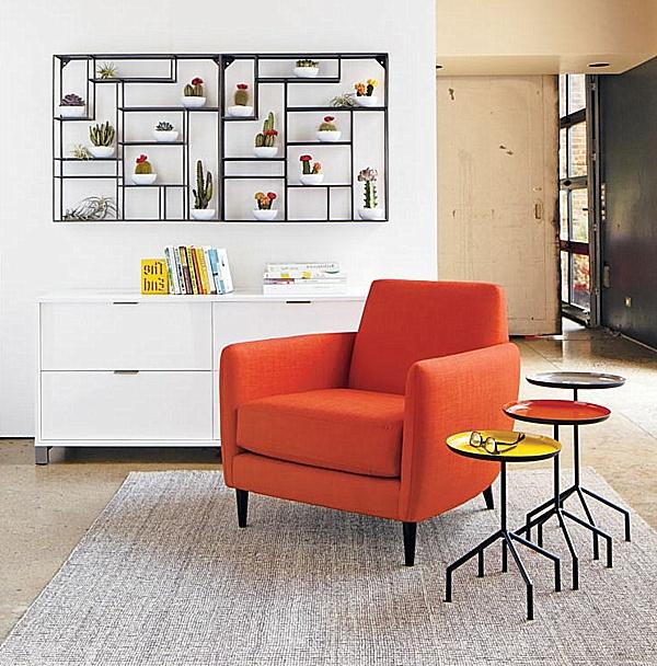 interessante-und-moderne-regale-hinter-einem-orangen-sessel