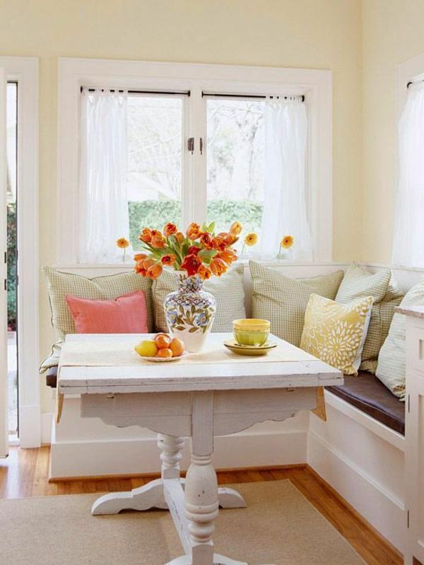 interior-design-ideen-weiße-sitzbank-holz-im-esszimmer