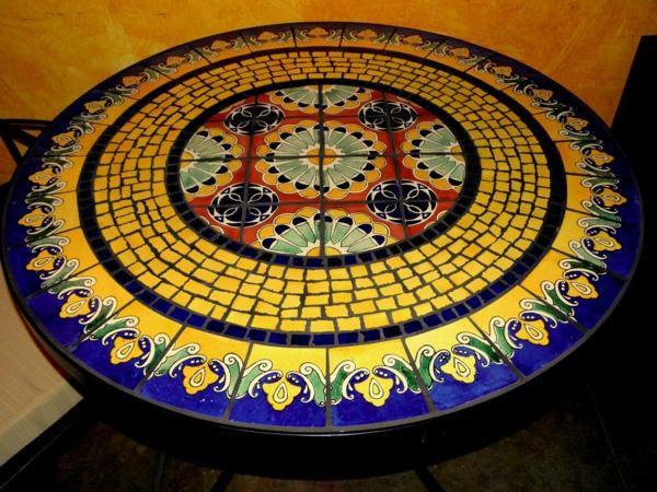 schöner-mosaik-tisch-blau-und-gelbe-farbe