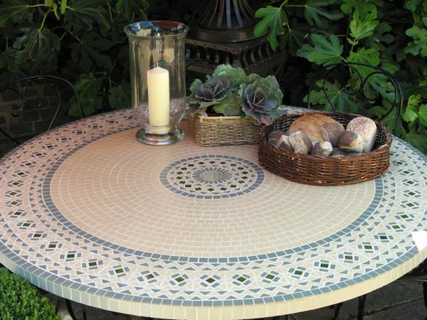 schöner-mosaik-tisch-im-garten