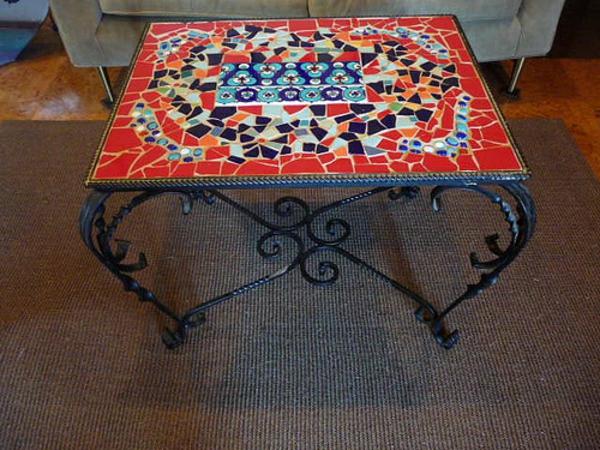 schöner-mosaik-tisch-interessantes-design-mit-quadratischer-form