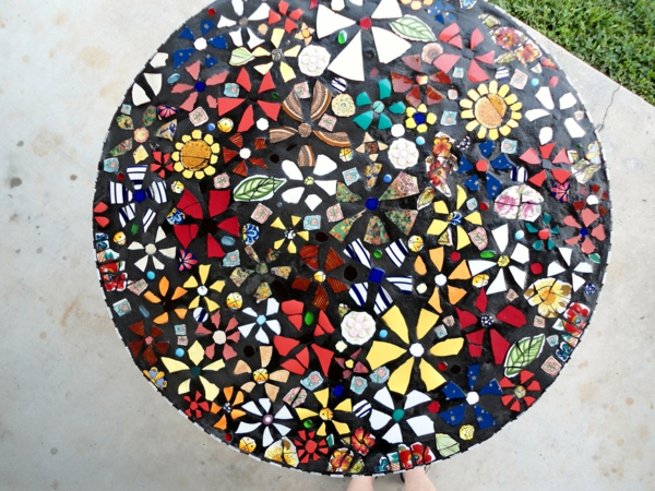 schöner-mosaik-tisch-sehr-bunt-und-schön-aussehen