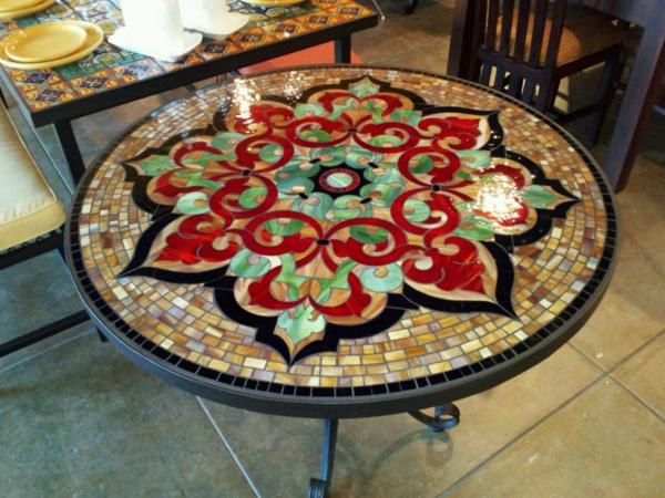 schöner-mosaik-tisch-wunderschöne-dekorative-elemente
