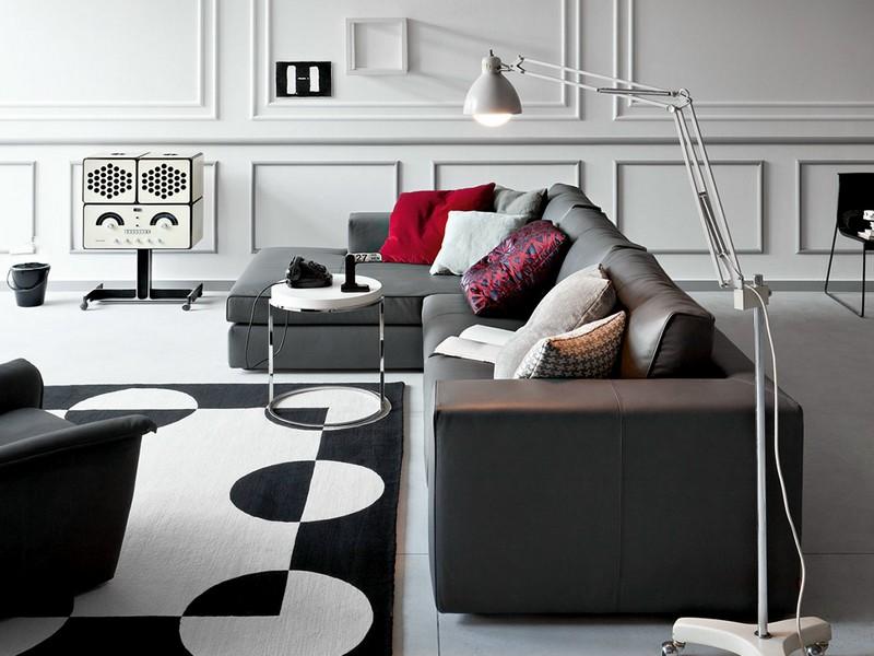 Фото: серый диван в интерьере с красными подушками