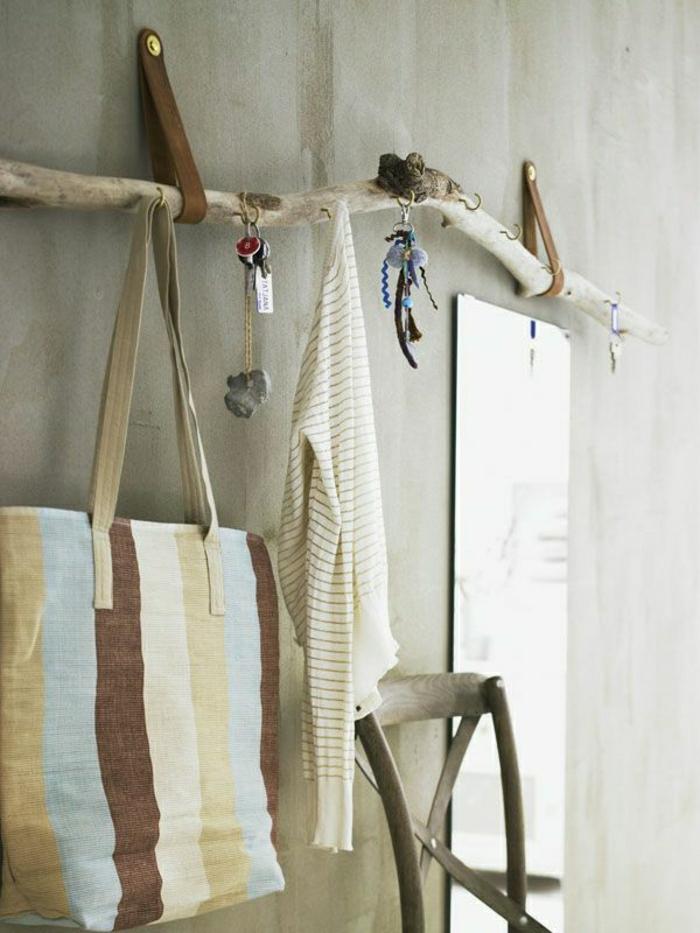 Фото настенная вешалка для одежды из дерева