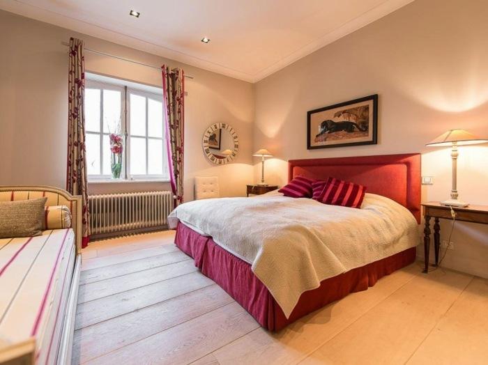 спальня красная кровать шторы с цветочным узором