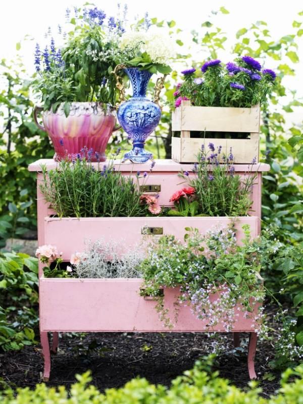 Использование старого комода в саду