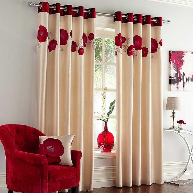 Красно-кремовые шторы на кольцах с маками