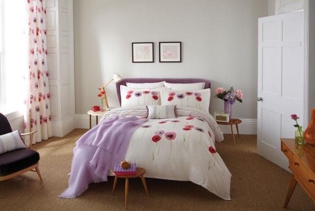 Белые шторы, фиолетовый интерьер, разноцветные маки в спальне
