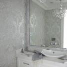Холодные серебристые стены ванной