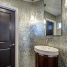 Серебристая мозаика в ванной