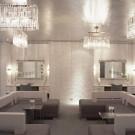 Бело-серебристый интерьер гостиной