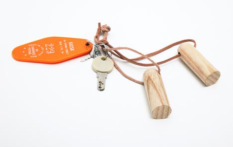 Потайной ящик открывается магнитами, замаскированными под брелок для ключей