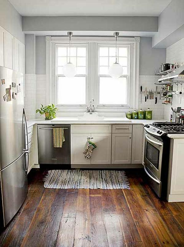 Белая кухня с деревянным полом