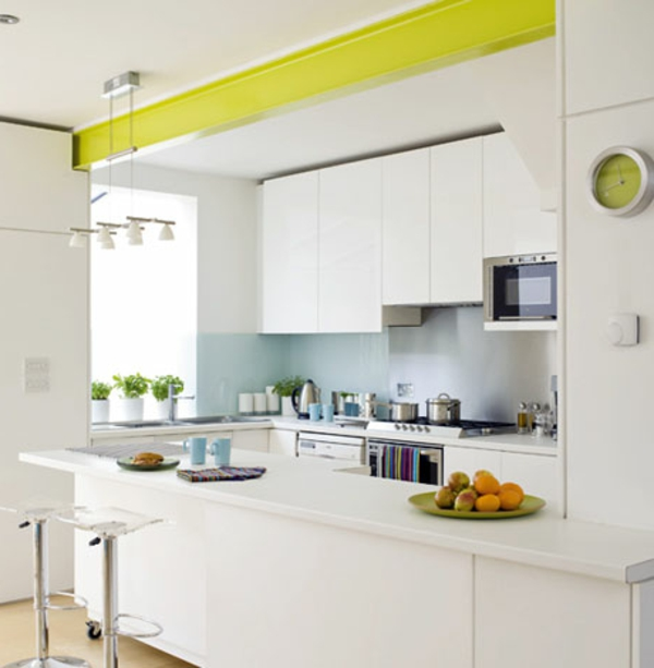 Кухня в зелено-белом цвете
