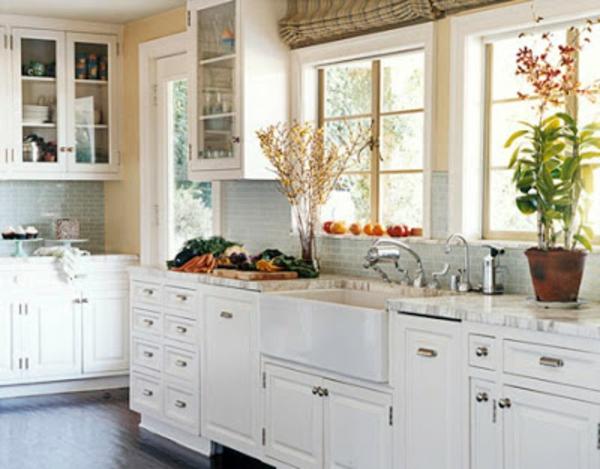 Белая кухня, украшенная цветами
