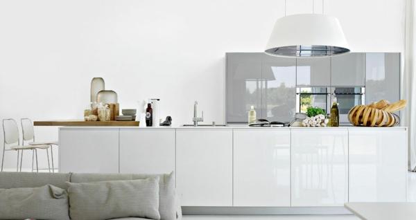 Современная белая кухня с глянцевыми фасадами
