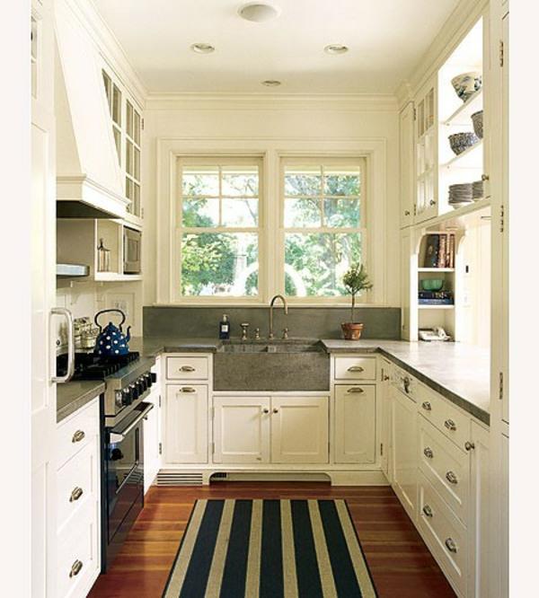Классическая белая кухня, серая столешница и деревянный пол