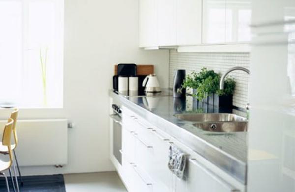 Современная белая кухня в маленькой квартире