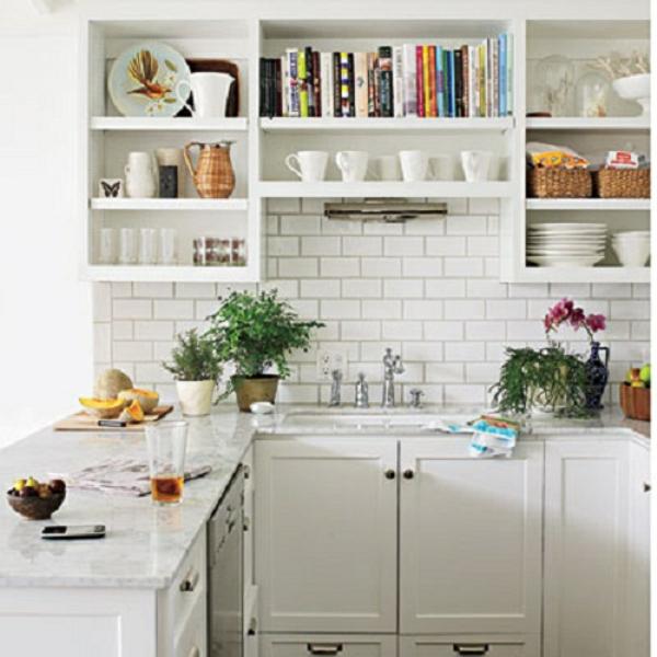 Белая кухня с яркими цветовыми акцентами
