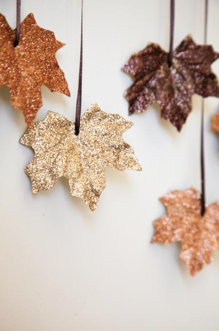 Блестящая гирлянда из листьев - осеннее оформление интерьера
