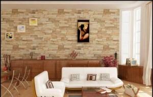 Гостиная в теплых тонах с декоративным камнем