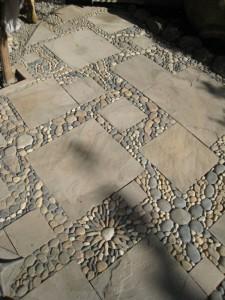 Красивая садовая дорожка из декоративного камня