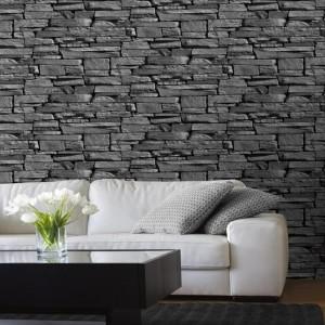 Темный декоративный камень и белый диван