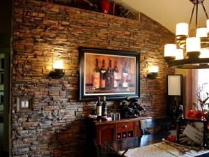 Гостиная с декоративным камнем в охотничьем стиле