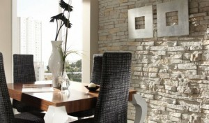 Оформление интерьера столовой белым декоративным камнем