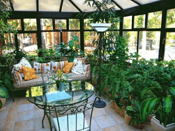 wintergarten-gestalten-zimmerpflanzen-arten-sofa-tisch