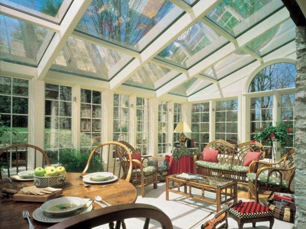 Комбинирование различных зон — столовая и гостиная в зимнем саду