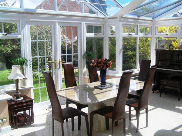 Зимний сад в частном доме - классическая элегантность в темно-коричневых тонах