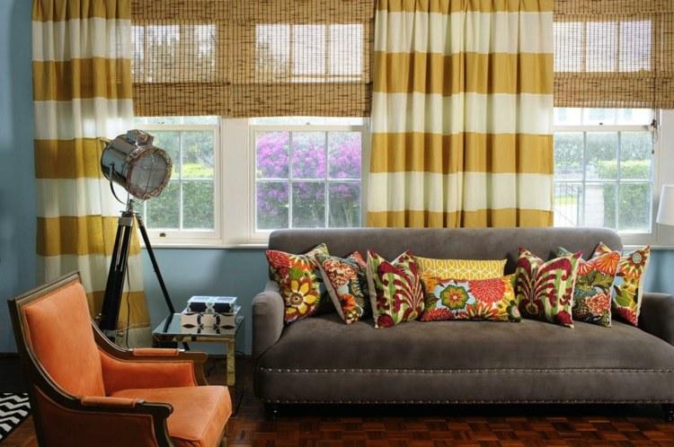 Бамбуковые шторы-жалюзи с гардинами в гостиной