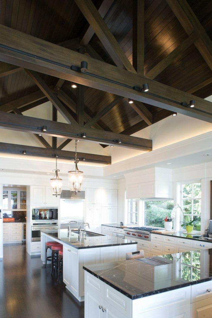 Черный балочный потолок на кухне