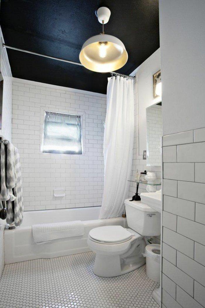 Черный потолок в простом интерьере ванной комнаты