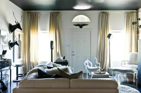 Фото черного натяжного потолка в интерьере гостиной
